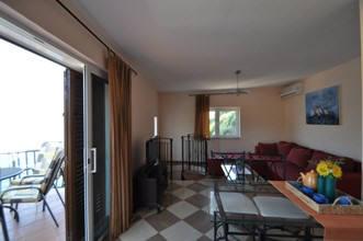 appartementhaus mit meerblick auf einem felsen oberhalb des meeres in vrbnik insel krk kroatien. Black Bedroom Furniture Sets. Home Design Ideas